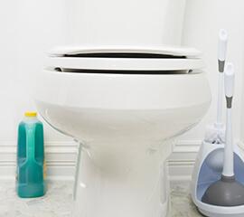 Comment réparer une toilette à évacuation lente