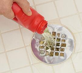 Débouchez votre renvoi de douche en 3étapes faciles